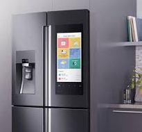 Холодильник булькает и журчит.